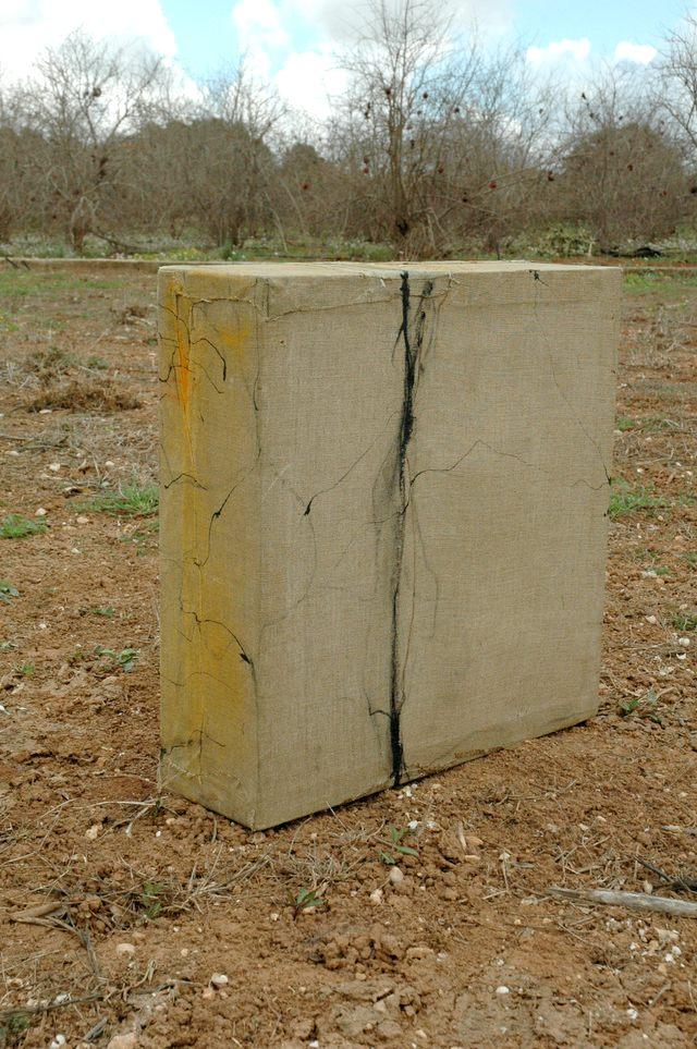 Huellas no escultura, 2004 - técnica mixta sobre lino 47 x47 x 14 cm